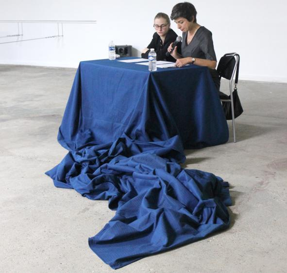 Performance « Transmission, destruction » entre art et philosophie, Ana Samardzija Scrivener et Louise Mariotte, 2015. BBB centre d'art, production Institut supérieur des arts de Toulouse.